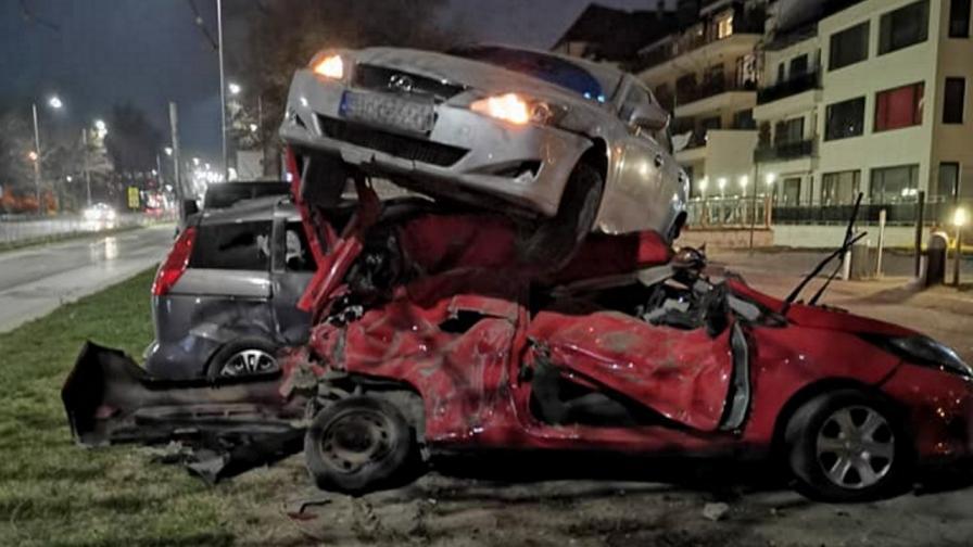 """Зрелищна катастрофа във Варна: кола """"кацна"""" върху други три"""