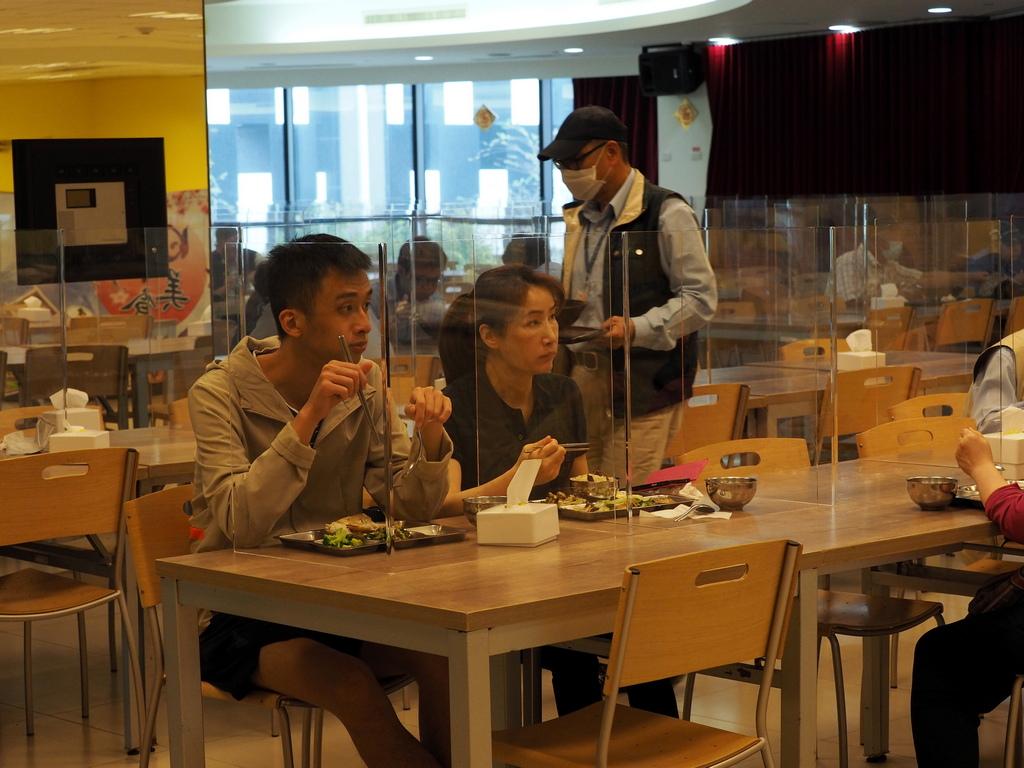 <p>Собственици на ресторанти в Банкок поставят прегради между клиентите си, за да намалят страховете им, че храненето извън дома може да ги зарази с новия коронавирус</p>