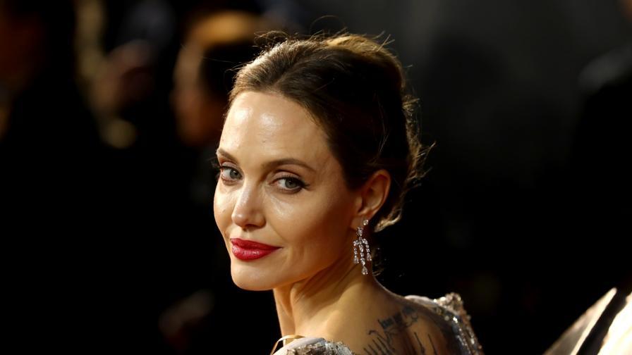 <p><strong>Две</strong> от дъщерите на<strong> Анджелина Джоли</strong> претърпели операции</p>