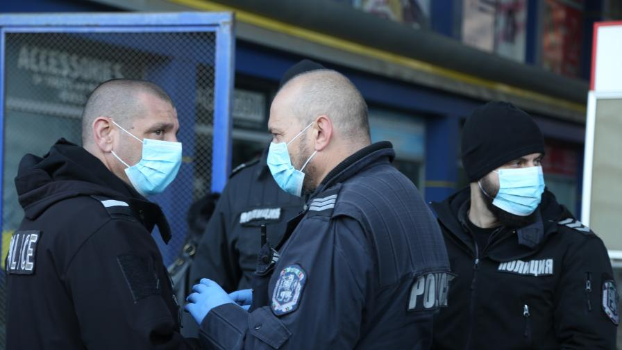 <p>Блокираха Илиянци, полицаи с маски срещу коронавирус</p>