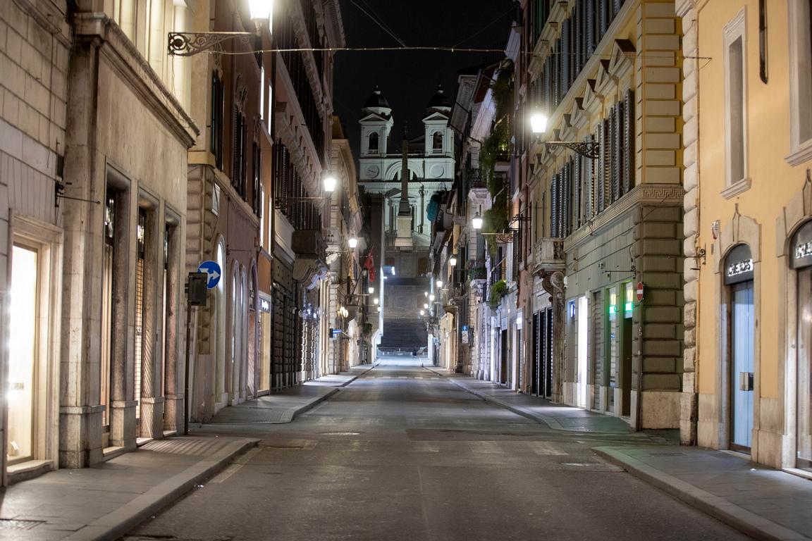<p>Италианският лидер подчерта в своето деветминутно обръщение в праймтайма, че &quot;няма нужда да бързаме да купуваме хранителни стоки&quot;, защото хранителните магазини ще останат отворени през целия период.</p>