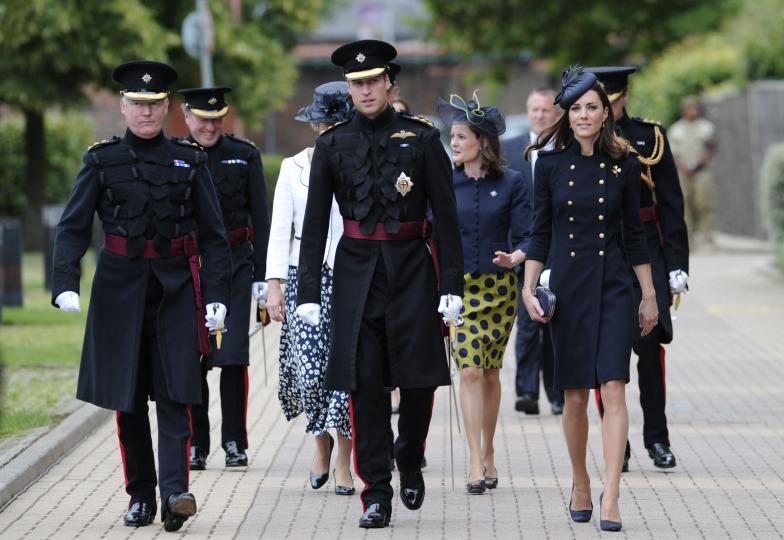 <p>Една от първите появи на Кейт Мидълтън в подобен стил е през 2011 г. по време на военна церемония в Лондон, когато облича палто на Alexander McQueen, изработено по поръчка.</p>