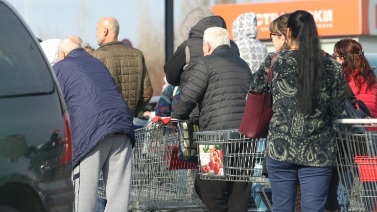 Опашки пред магазини в София, хората се презапасяват - България ...