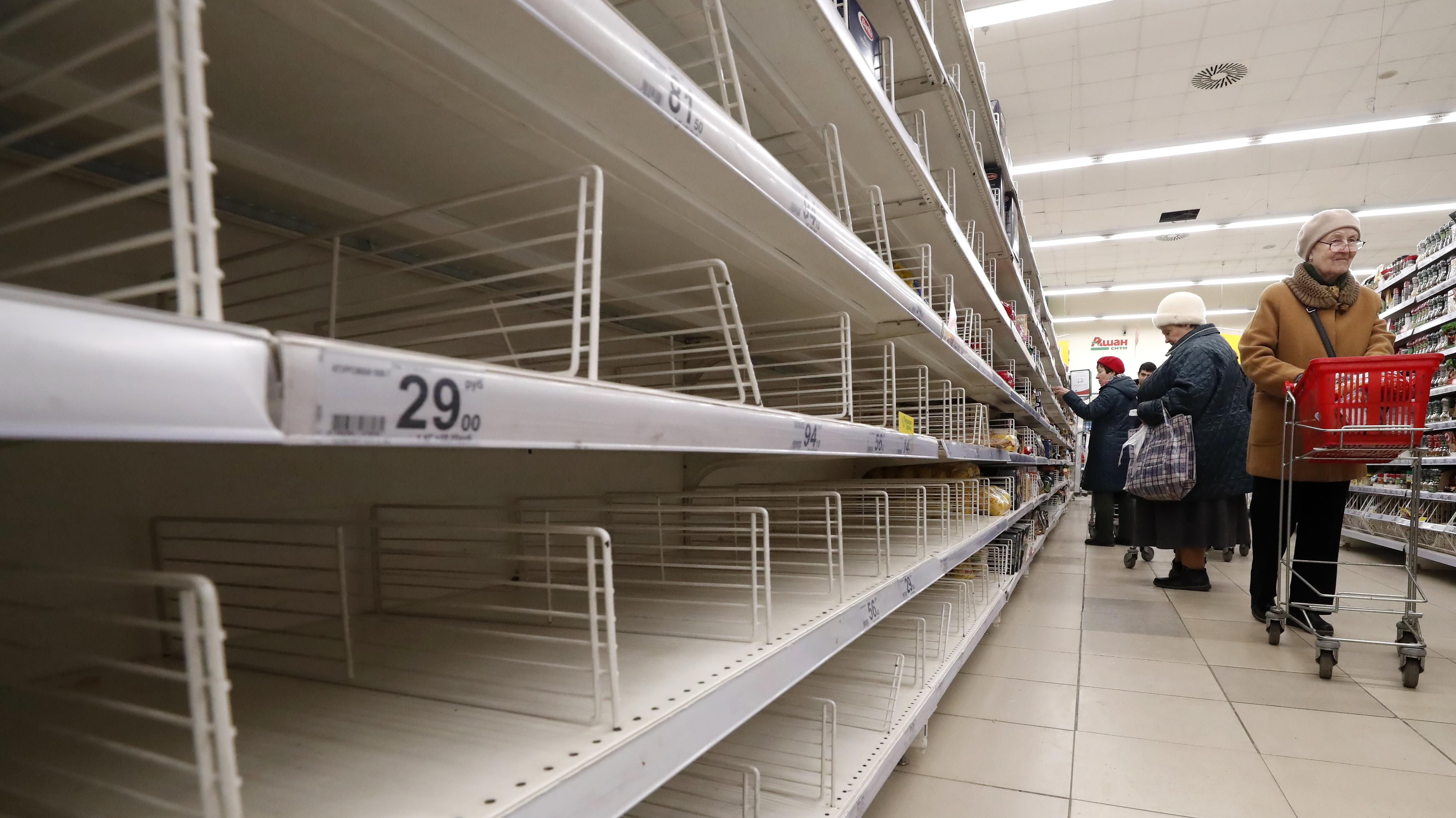 <p>Празни рафтове в секцията за сухи храни на супермаркет в Подолск, извън Москва, Русия.</p>