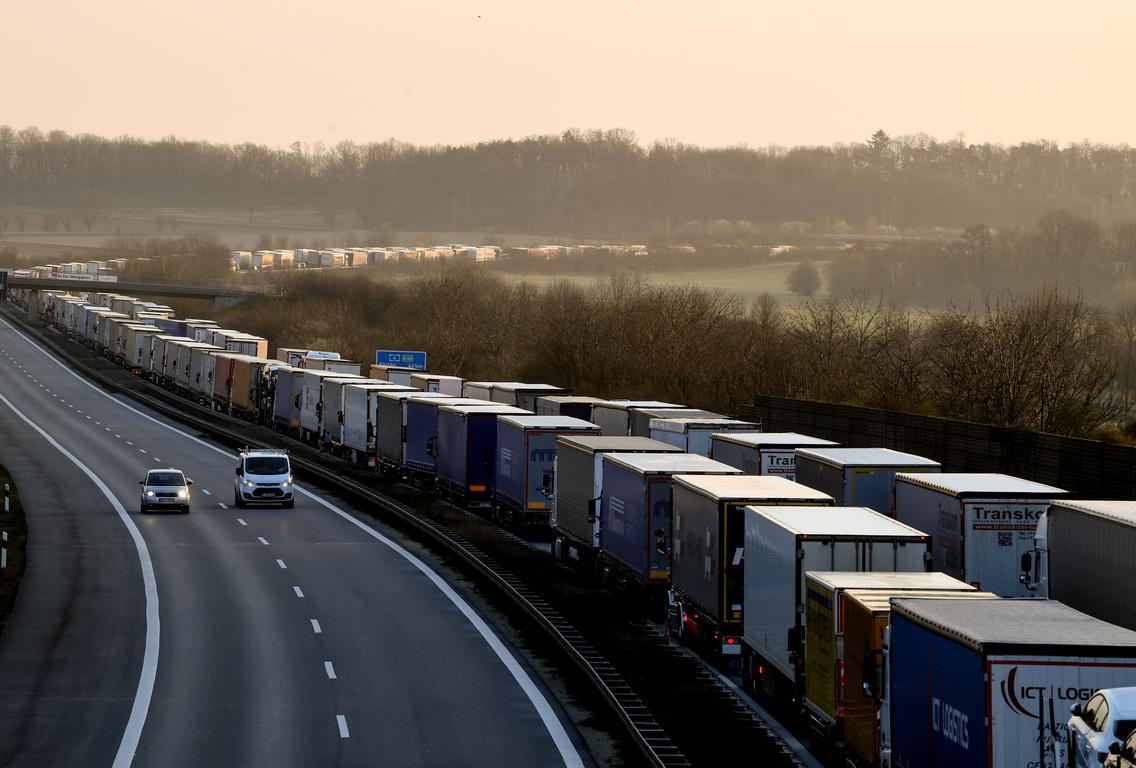 <p>Камиони са подредени в дълго задръстване, докато чакат граничен контрол на магистрала А4 близо до Бауцен, Германия.</p>