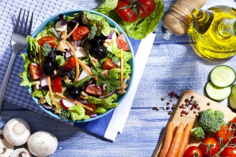 <p><strong>Хранителни вещества</strong></p>  <p>Известно е, че цинкът, витамин С, витамин Е и селенът играят важна роля за поддържането на имунната система. Нутриционистката препоръчва да се консумират разноцветни салати и зеленчуци, които ще осигурят &bdquo;микс&ldquo;&nbsp;от тези важни вещества.</p>  <p>Ферментирали храни като кисело мляко, кефир и кисело зеле допринасят за балансирането на чревната флора в подкрепа на чревната имунна система, обяснява Ламб.</p>