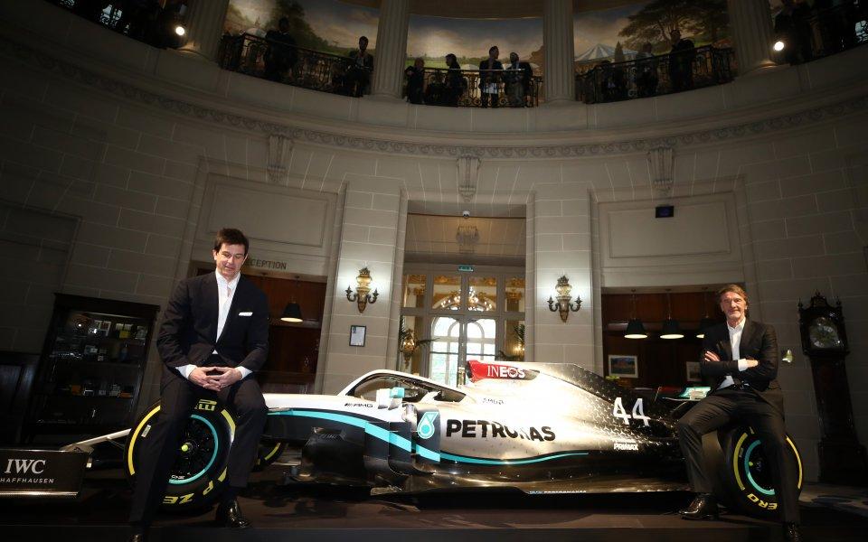 Тимът на Мерцедес подкрепя решенията на шефовете на F1 и