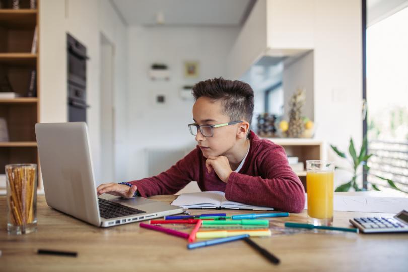 """<p><strong>Направете учебен кът за детето</strong> - всички ни съветват как да организираме домашното си работно пространство, когато сме хоум офис, но няма съвети за това как да организираме пространството за онлайн обучение на детето, за да се чувства удобно, продуктивно и да може да се съсредоточи максимално. Със сигурност на детето му е нужно тихо, светло и подредено пространство, където да постави учебниците и помагалата си, както и&nbsp;изправен и добре работещ настолен компютър или <u><strong><a href=""""https://www.vivacom.bg/bg/residential/ustrojstva/laptopi/dell-inspiron-15-3573.html"""" target=""""_blank"""">лаптоп</a></strong></u>, благодарение на който да може да учи безпроблемно.</p>"""
