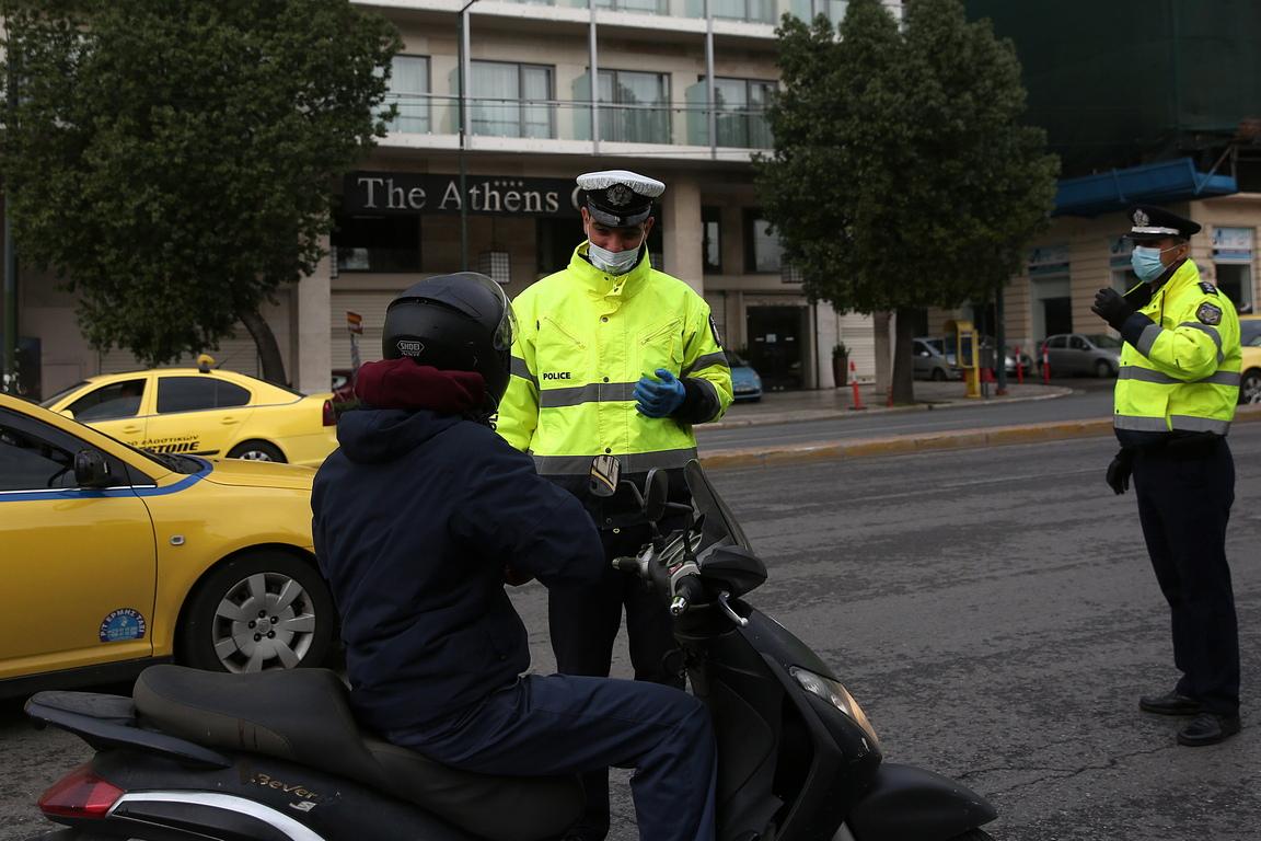 <p>От службата на за гражданска защита на страната са разпратени съобщения до потребителите на гръцките мобилни оператори с указания кой и при какви обстоятелства има право да излезе от дома си.</p>