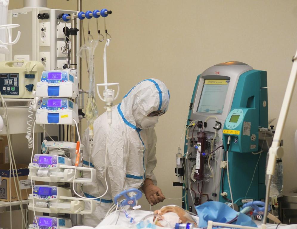 <p>Те и здравните специалисти като тях почти сигурно разпространяват вируса, дори да не са го знаели преди да се нуждаят от лечение или да отидат в изолация, смятат експерти и лекарските профсъюзи. Ситуацията се изостря от факта, че преди месец не са имали достатъчно маски и ръкавици.</p>