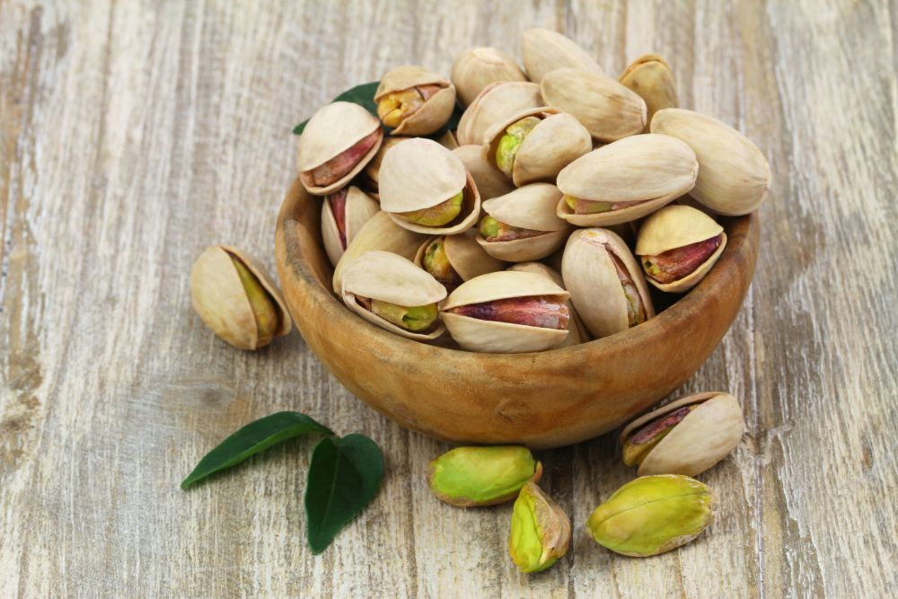 <p><strong>Шамфъстък</strong></p>  <p>Най-богати на желязо (след сусама) и са на първо място по съдържание на калий. Освен това съдържат шест пъти повече антиоксиданти от зеления чай, както и завидно количество аргинин (есенциална аминокиселина, която участва в изграждането на мускулната тъкан). Допринасят за правилното функциониране на сърдечно-съдовата и нервната системи, за заздравяването на костите и зъбите (поради наличието на фосфор и калций), повишават мъжката потентност.</p>