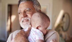 <p><strong>Снимката, която трогна хиляди:</strong> един дядо се запозна с внука си<strong> през прозореца</strong></p>