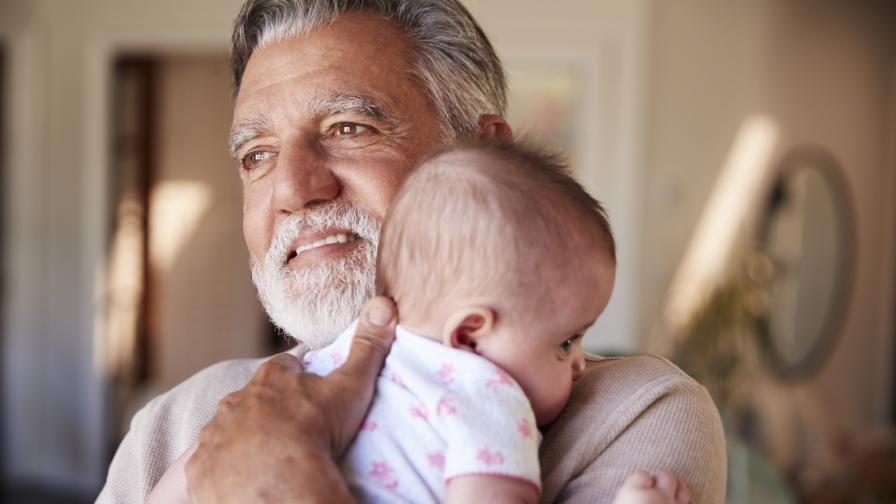 Снимката, която трогна хиляди: един дядо се запозна с внука си през прозореца