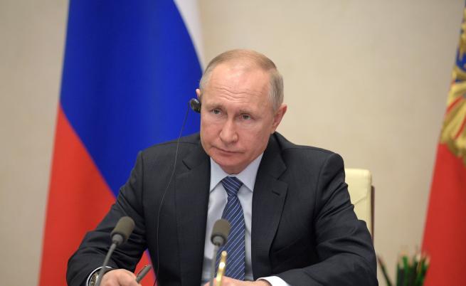 Путин обяви април за неработен, заплатите се запазват
