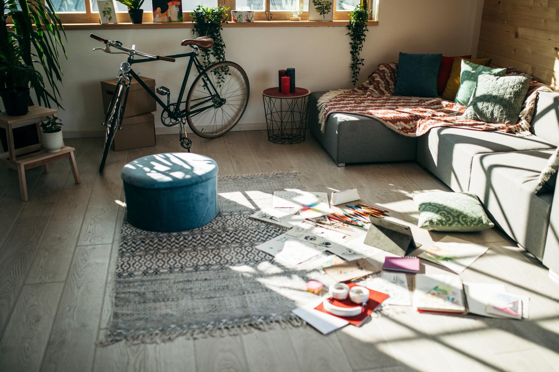 <p><strong>Позволявате си да не подреждате вещите си</strong></p>  <p>Когато прекарвате в дома си само няколко будни часа на ден, скупчените вещи разпръснати наоколо може да не са голяма работа. Но сега, когато домът ви е едновременно офис, фитнес зала, място за хранене и т.н., тази бъркотия може да има негативни ефекти върху психическото ви здраве.</p>