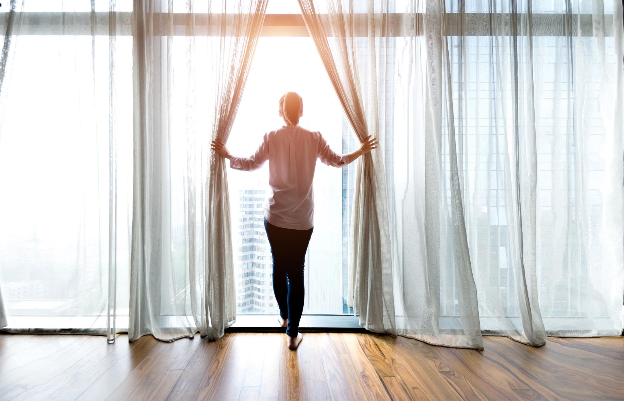 <p>Ако слънцето грее, отворете щорите! Нека слънчевите лъчи греят през прозорците ви и се наслаждавайте на естествения източник на светлина за няколко часа всеки ден. Слънцето ще повиши настроението ви и ще ви позволи да си починете от изкуствените лампи и светлините за малко.</p>