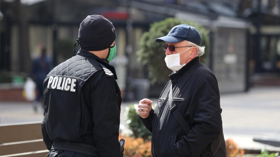 """Във връзка с въведените мерки и извънредното положение служители на столичната полиция предупреждат хората да не се разхождат по пешеходната зона на бул. """"Витоша"""""""