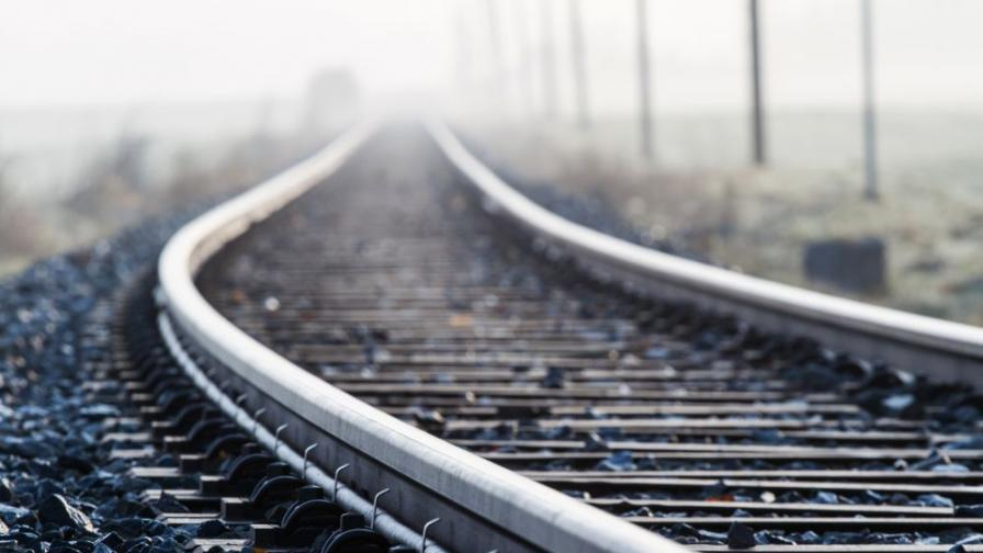 Влак и кола се сблъскаха на жп прелез край Две могили