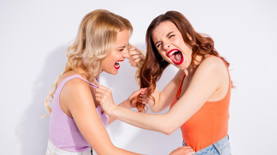 жени приятелки спор каране скандал бой