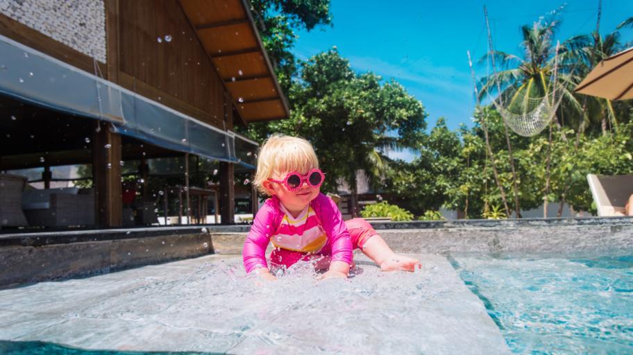 Около басейна: как да предпазим 2-годишните