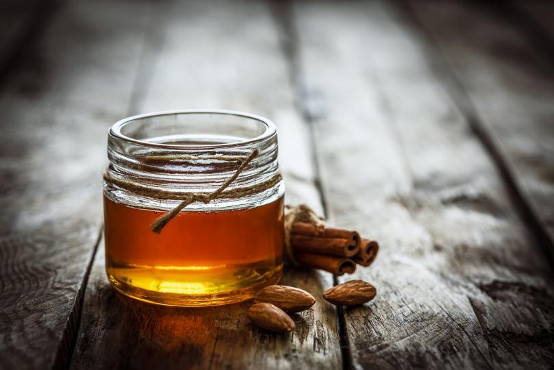 """<p><strong>Маска с мед&nbsp;&ndash;&nbsp;за всички типове кожа</strong></p>  <p>Върху влажна кожа се нанася пласт пчелен мед. Оставя се да действа 5 минути. Изплаква се добре с топла, а след това и със студена вода.</p>  <p><em><strong>Още една маска с мед, но срещу пъпки, вижте&nbsp;<a href=""""http://www.edna.bg/moda-i-kozmetika/lice/lesna-domashna-maska-sreshtu-pypki-4634155"""" target=""""_blank"""">ТУК</a>!</strong></em></p>"""