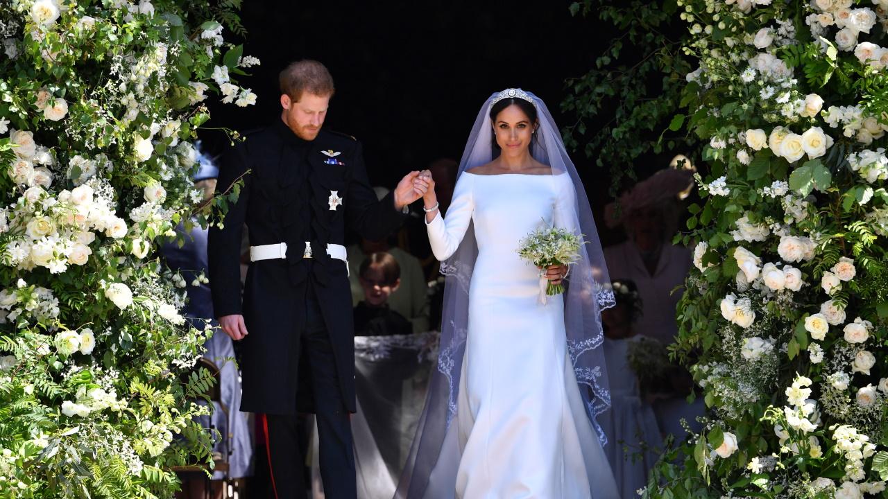 <p>През май 2018 г. Маркъл застана пред олтара в зашеметяваща рокля Givenchy от дизайнера Клер Уейт Келър.</p>