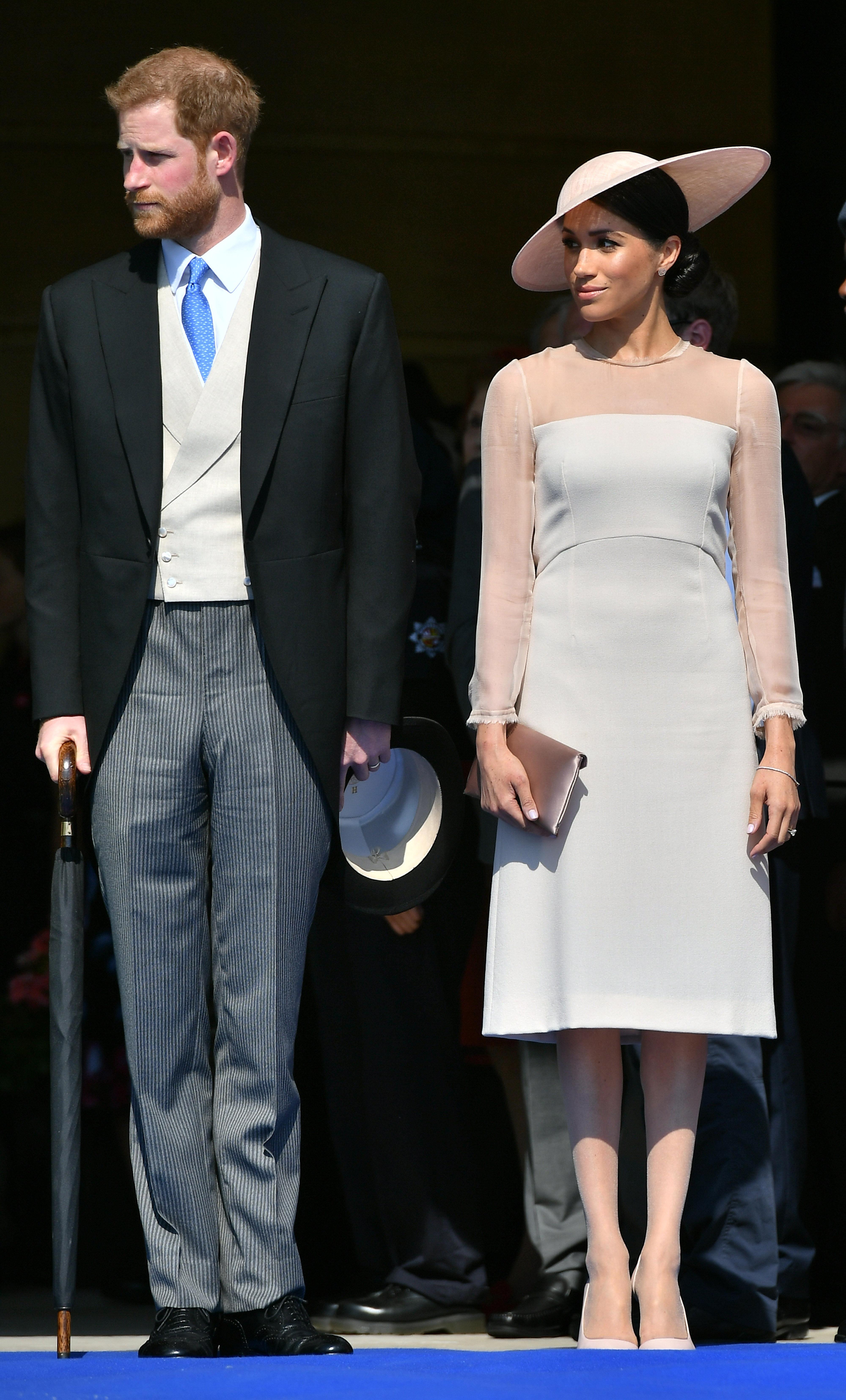 <p>На тържеството по случай 70-ия рожден ден на принц Чарлз, Меган изглеждаше много шик в тази рокля от Goat съчетана със шапка от Philip Tracy.</p>