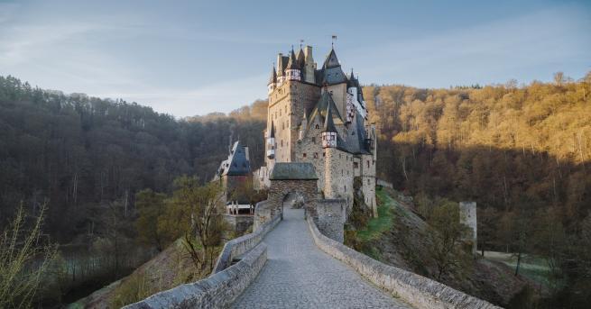 Любопитно Вижте кои са най-красивите изоставени замъци Френският художник Димитри