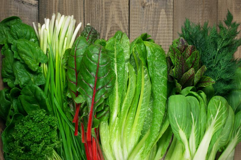 <p><strong>Зелени листни зеленчуци</strong></p>  <p>Зелените листни зеленчуци като спанак и кейл са известни със своето богатство от витамини, минерали и антиоксиданти.</p>  <p>По-специално, те са чудесен източник на витамин К, който помага за защита на артериите и правилното съсирване на кръвта.</p>  <p>Имат високо съдържание на диетични нитрати, за които е доказано, че намаляват кръвното налягане и подобряват функцията на клетките, покриващи кръвоносните съдове.</p>