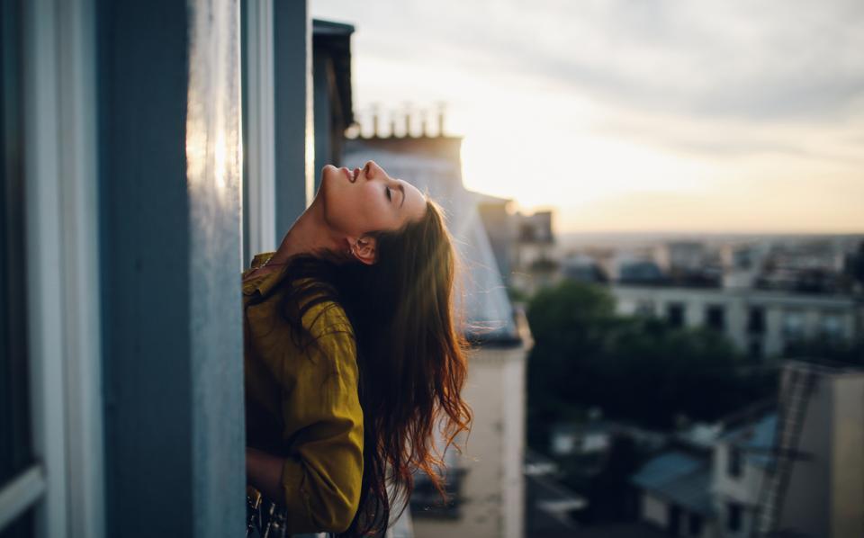 жена балкон тераса