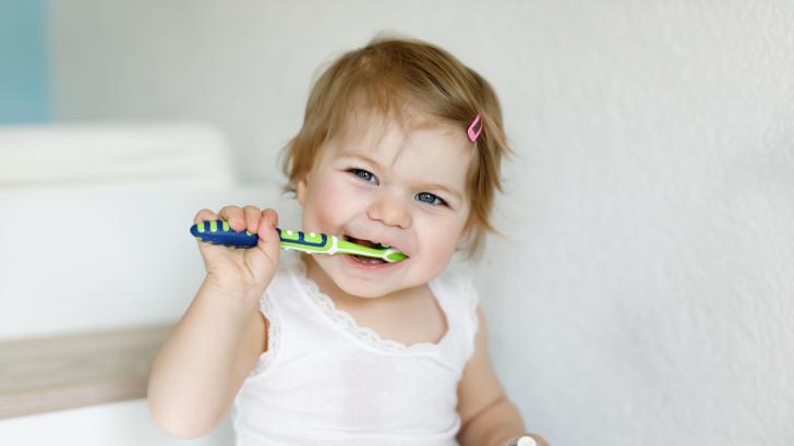 Грижа за млечните зъбки: най-важното накратко