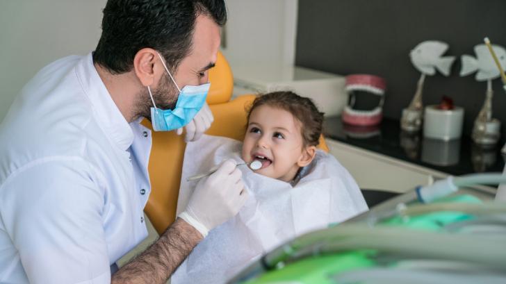 Първата среща със зъболекаря: кога е най-подходящият момент?