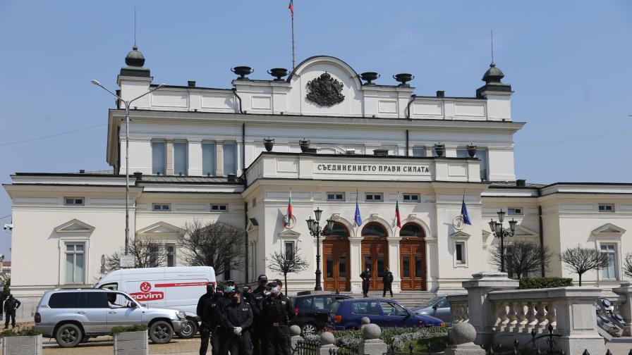 Полицията осуети опит за протест пред парламента
