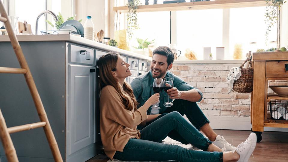 двойка любов връзка дом вино кухня