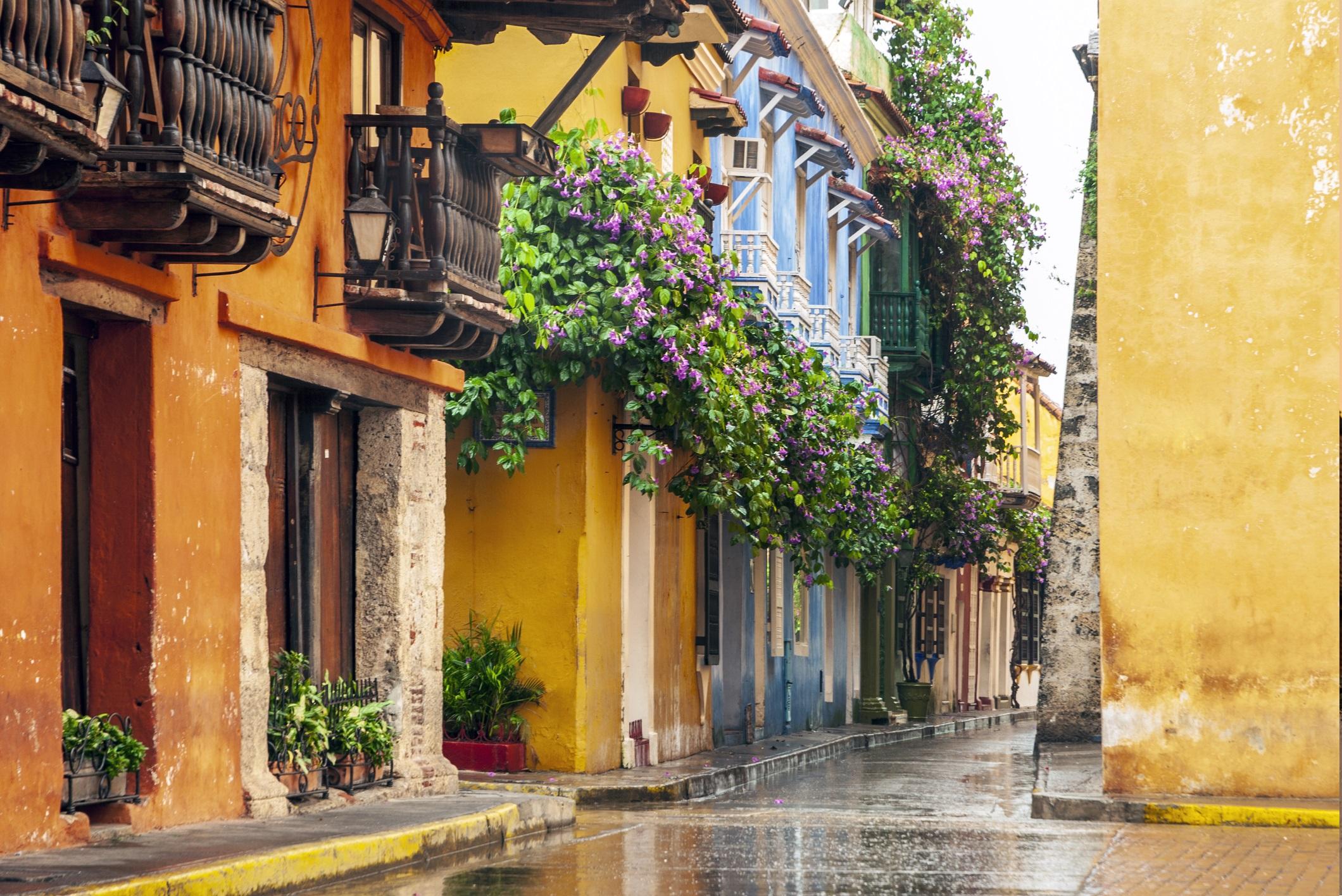 <p><strong>Картахена, Колумбия</strong></p>  <p>Очарователно красив град Картахена - бивша испанска колония показва градски план с европейски подробности и история. Лимоненожълти къщи с дървени балюстради в андалуски стил седят до калдъръмени настилки и дворове с гъсти лози. Това в крайна сметка е град с бутикова красота.</p>