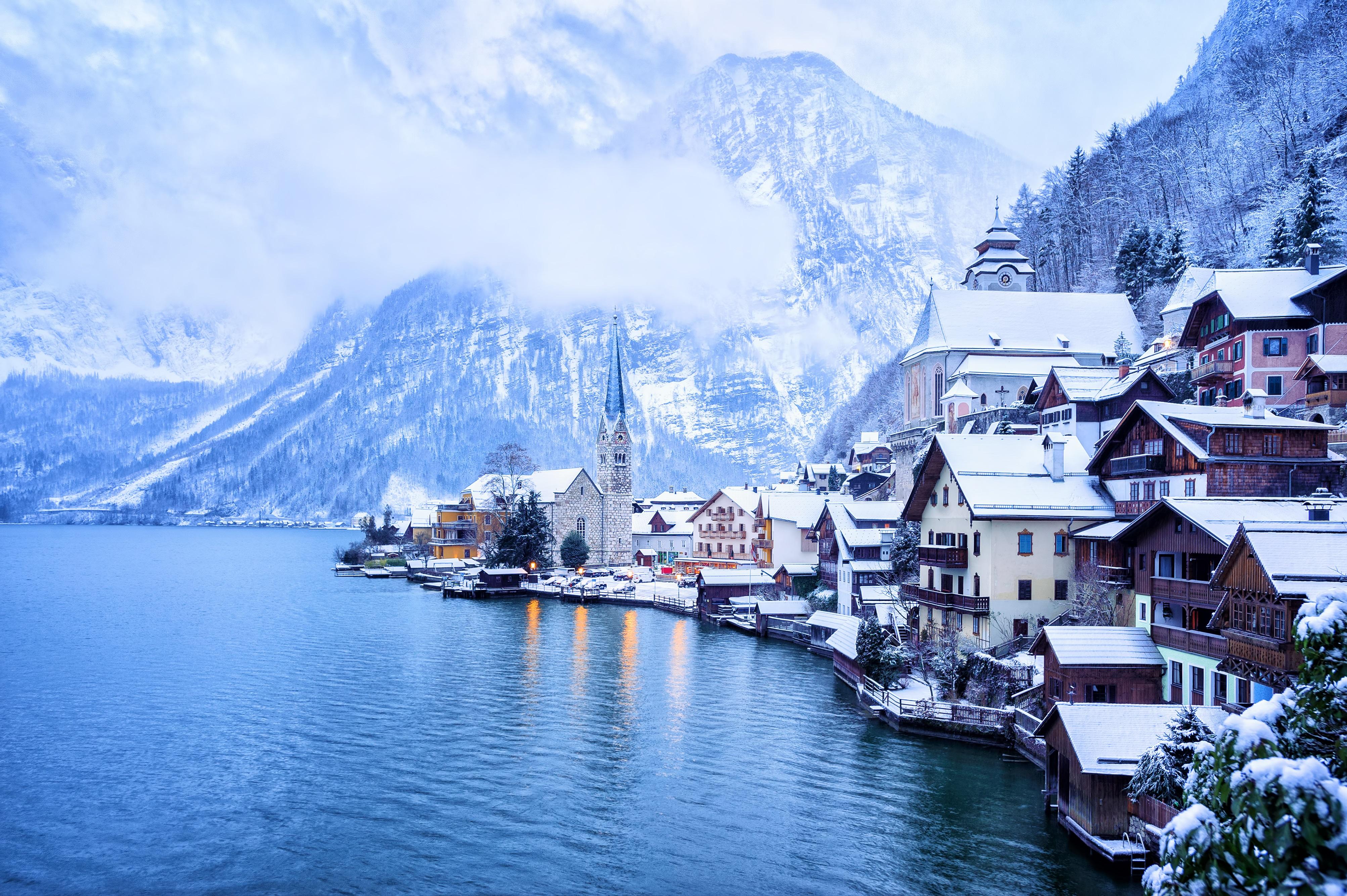 <p><strong>Халщат, Австрия</strong></p>  <p>Историята на изумителното селище Халщат се връща към праисторическия период, където древните заселници произвеждали сол на същите тези брегове. И макар технически да не е &bdquo;град&ldquo;, този обект на ЮНЕСКО е определението за картичка на Алпийската красота, където настръхнали, заснежени планини са с изглед към перфектно девствено езеро.</p>