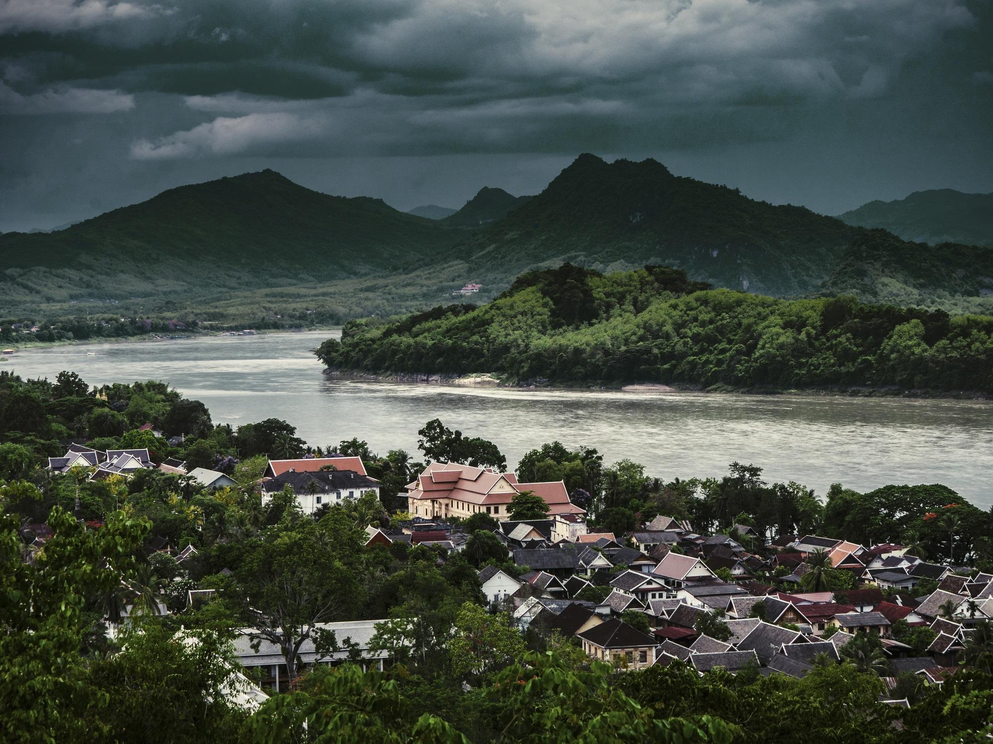 <p><strong>Луанпрабан, Лаос</strong></p>  <p>Този съблазнителен сънлив град по бреговете на река Меконг беше, като останалата част от Лаос, затворен за туристи до 80-те години. Когато вратите се отвориха и първите любопитни пътешественици влязоха вътре, те се натъкнаха на свят, който се е променил малко дори до наши дни - с елегантна френска колониална архитектура, стръмни каменни стълби, тежки дървета и удавни цикади.</p>
