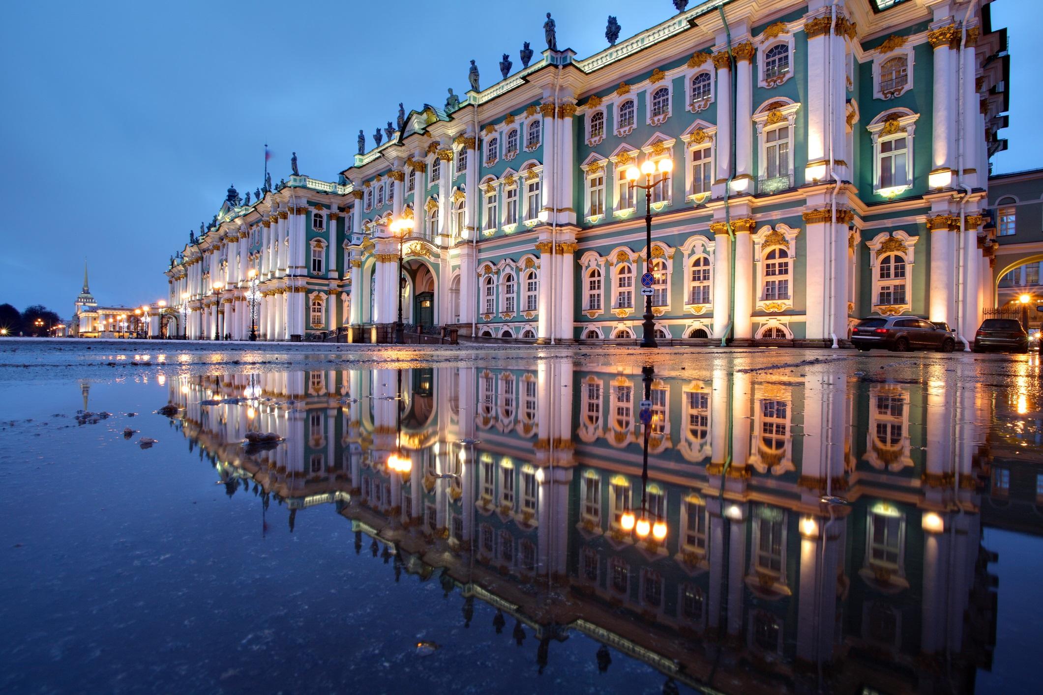 <p>Задължителен за посещение е Ермитажа, музей, съдържащ толкова много произведения на изкуството, че бихте могли да прекарате един живот в обиколки по залите и пак няма да видите всички тях.</p>