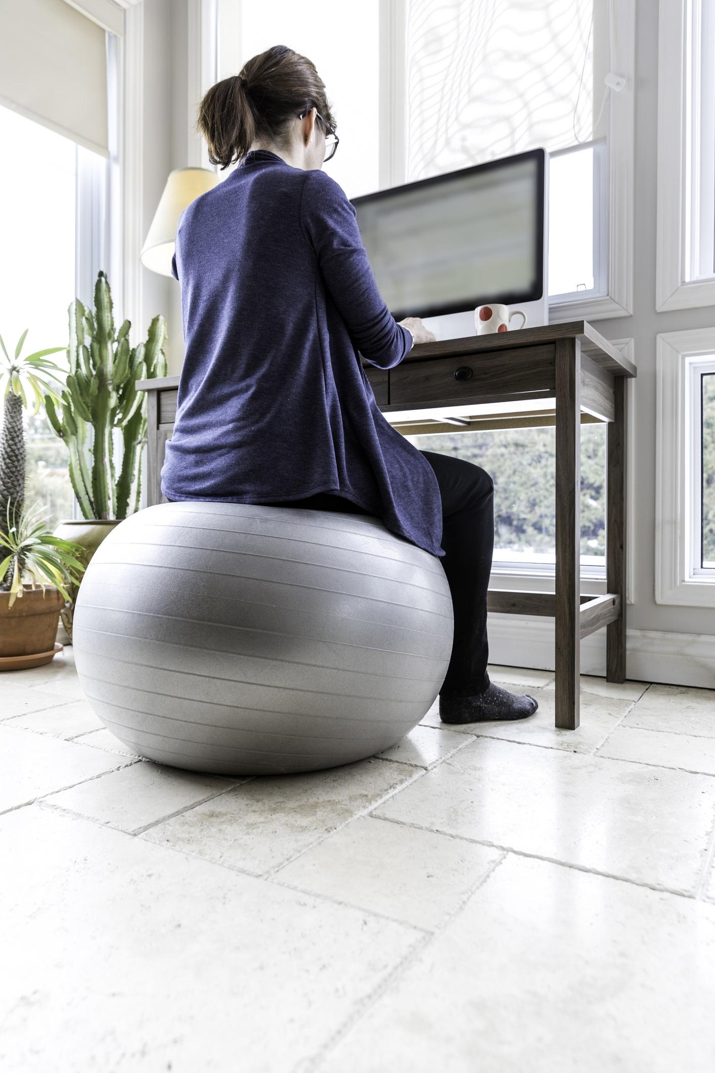 <p><strong>Махнете стола</strong></p>  <p>Ако искате да изгорите калории, докато седите, инвестирайте в топка за гимнастика. Сменете стола пред компютъра с такава топка. Балансирането на топка ще ви помогне да стегнете корема, гърба и краката и в същото време ще изгорите калории.</p>