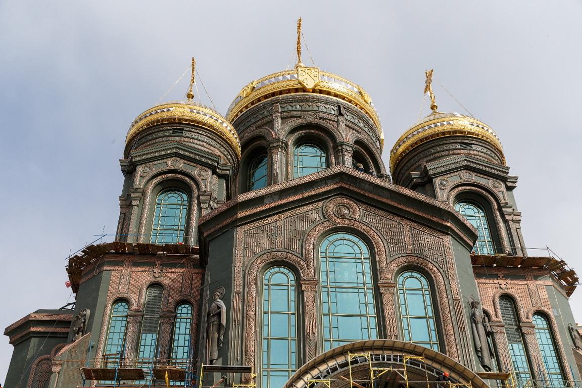 <p>Катедралата е построена в чест на 75-годишнината от победата на Русия над нацистките сили във Втората световна война, а след като бъде напълно завършена, тя ще се нареди сред най-високите християнски храмове в света.</p>  <p>&nbsp;</p>