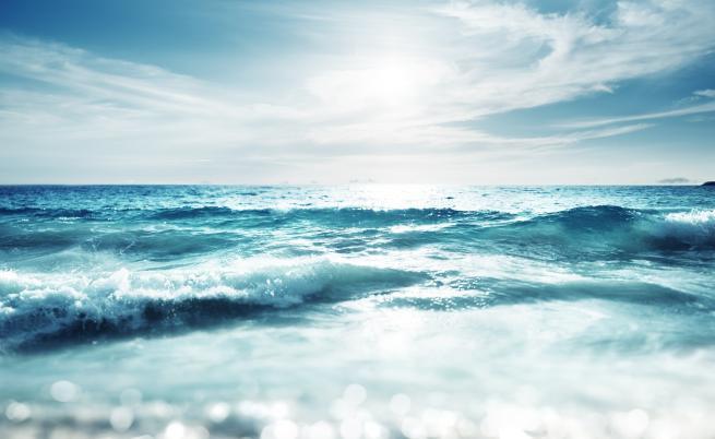 Кабинки от плексиглас на плажа - задава ли Санторини тенденция за предстоящия летен сезон