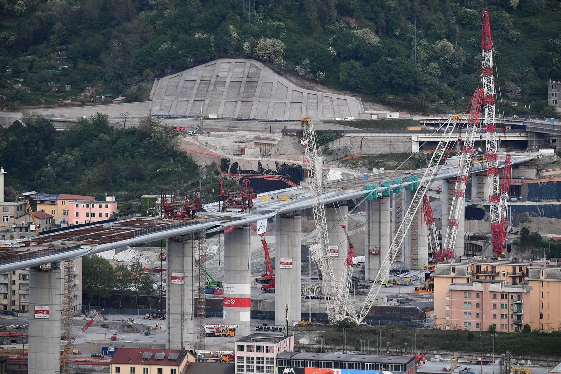<p>Въпреки че 60 милиона души в Италия са под домашна карантина от седем седмици в разгара на пандемията от коронавирус, работата по огромния мост продължава.</p>