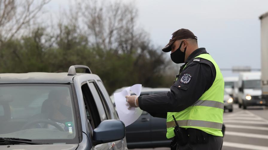 Засилен трафик на изходите на София, 40 хил. автомобила са напуснали столицата