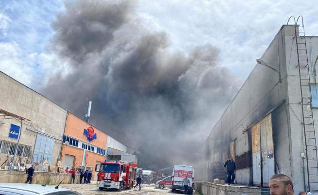 Голям пожар в склад в Пловдив (СНИМКИ)