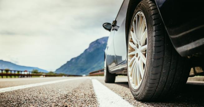 България Разтопен асфалт полепна по гумите на автомобили в София