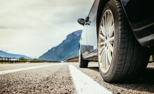 Разтопен асфалт полепна по гумите на автомобили в София