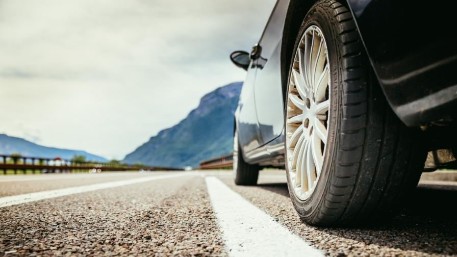<p>Разтопен асфалт полепна по гумите на автомобили в София</p>
