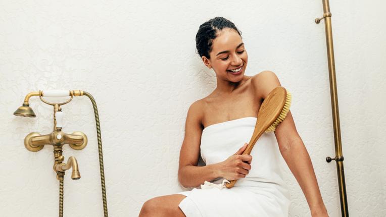 жена баня четка