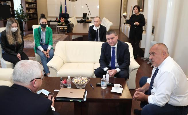 След среща с Борисов: Абитуриентите ще имат изпращане в училищата