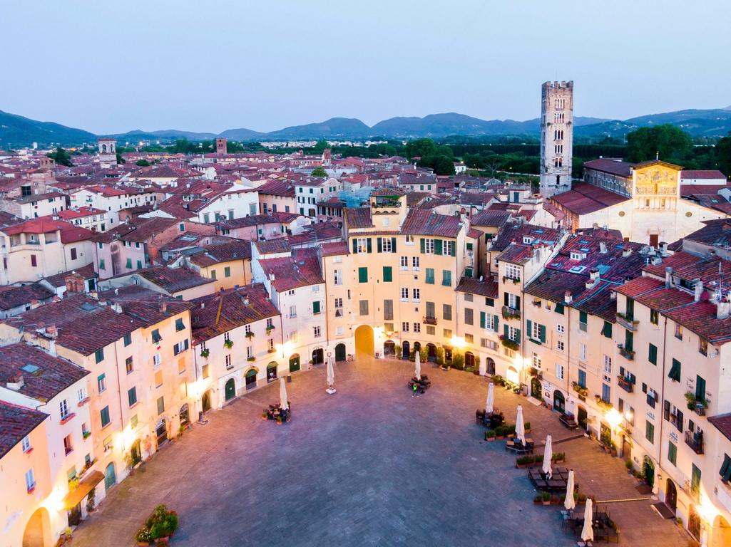 <p>Това е градът на&nbsp; меките пастелни цветове, на елегантните църкви и дворци в готически и ренесансов стил, на фините фасади, на витрините в стил Ар нуво и разбира се, на музиката. Първото музикално училище датира още от 787 г. !</p>  <p>&nbsp;</p>